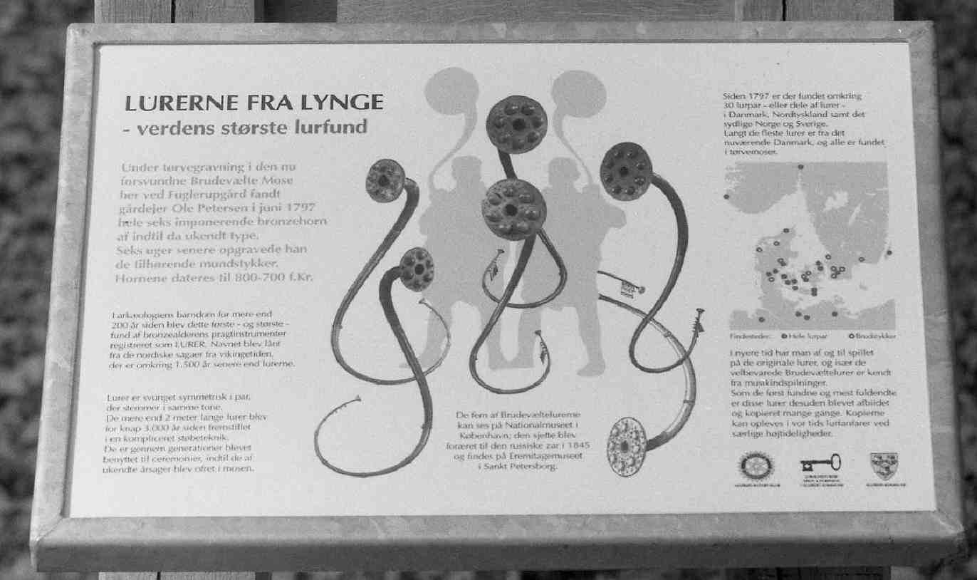 Brudevælte Mose nord for Lynge stammer Danmarks største samlede fund af lurer fra bronzealderen